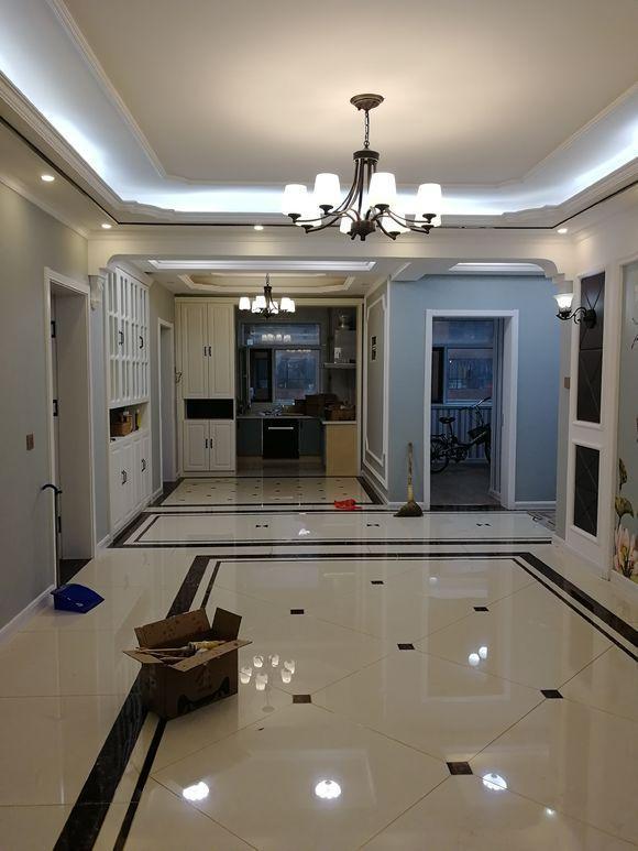 餐廳、過道以及客廳的天花板都做了吊頂,而地板是拼花瓷磚+波打線裝飾,整體裝飾效果可達10級了,很漂亮。