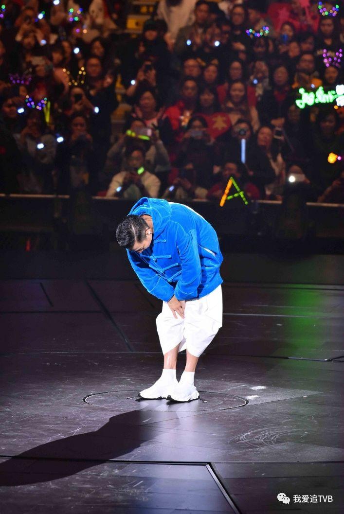 刘德华哭着向歌迷道歉视频回顾!朱丽倩第一时间站起来为他打气