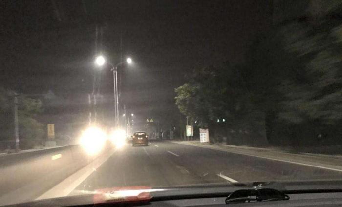晚上跑高速被后车晃眼,怎样让他自觉换掉远光灯?用这招屡试不爽