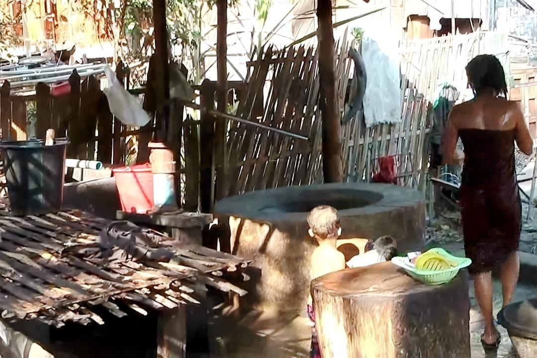 农村女人性交视频_缅甸农村女人都在户外洗漱!中国小哥拍摄于缅甸的普通农村
