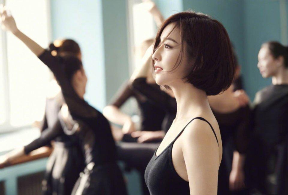 佟丽娅与母校学妹共舞,穿露背裙如黑天鹅太惊艳!(组图)