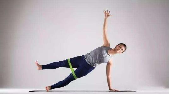 还在为手臂上多余的脂肪而烦恼吗?或许这两个动作可以帮到你