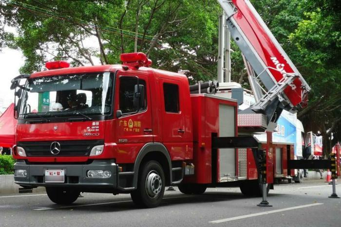 为何很多消防车上都挂着奔驰标?内行人进行解释,答案令人羞愧