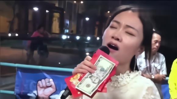街头美女美女粤语唱一首《上海滩》,唱的千回百转,荡气回肠!歌手短裙激吻图片