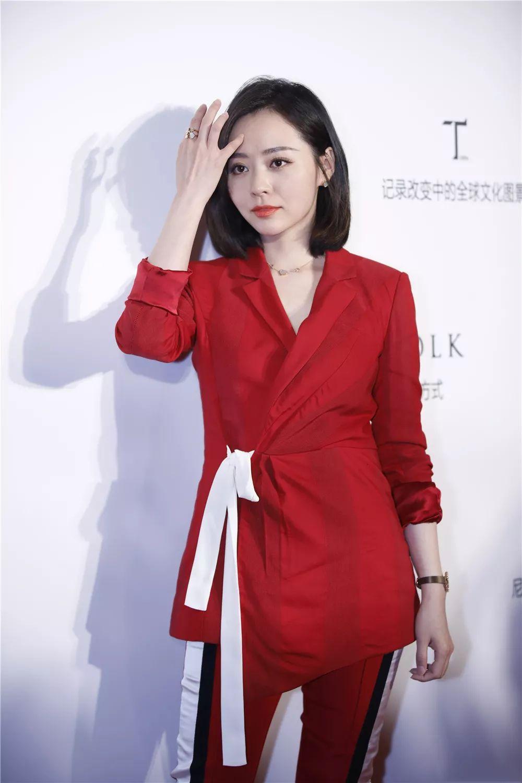张靓颖终于选对了风格,红西装配短发变精炼御姐,35岁成时髦精图片