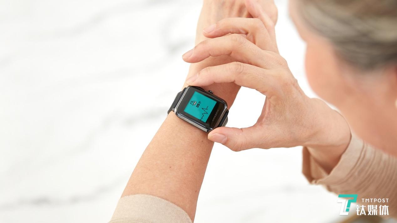 这款手表配备了一块 1.28 寸的反射式彩色显示屏-新闻头条5dainban