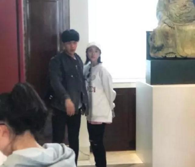 张若昀唐艺昕英国度蜜月吃中餐,遇粉丝亲切合影笑容带光