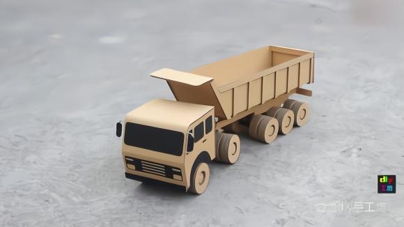 手工达人用纸板制作一台电动自卸货的大卡车,完成后太酷了图片