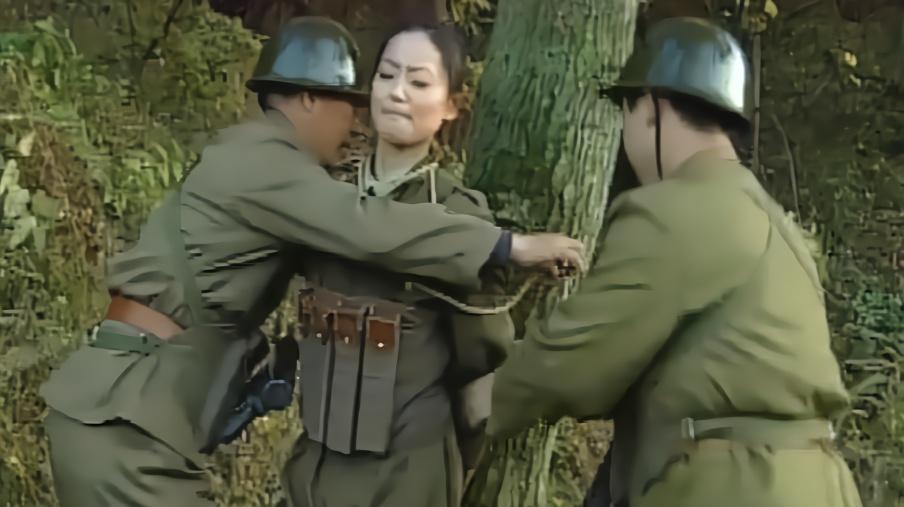 捆绑_男子将美女全身捆绑在树上,当着众人面鞭打美女,美女惨叫连连