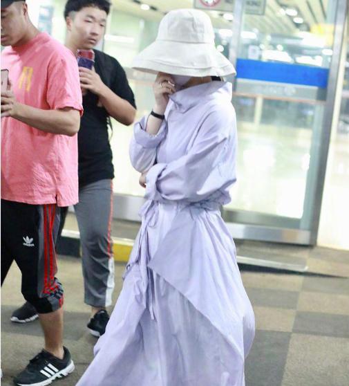 赵丽颖生完孩子亮相,穿长连衣裙戴口罩渔夫帽挡住全身上下,粉丝依然认得出
