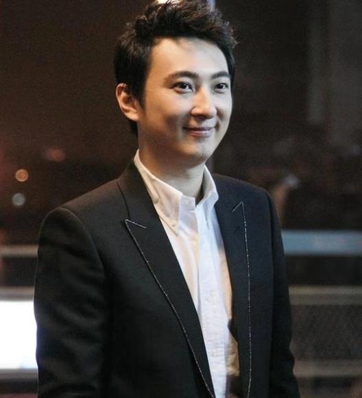 王思聪最新照片脸形变圆,发胖显著,网友:像中年大叔