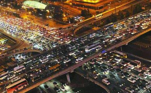 专家又出来了,提议提高停车费、油费解决拥堵!网友:这啥专家?