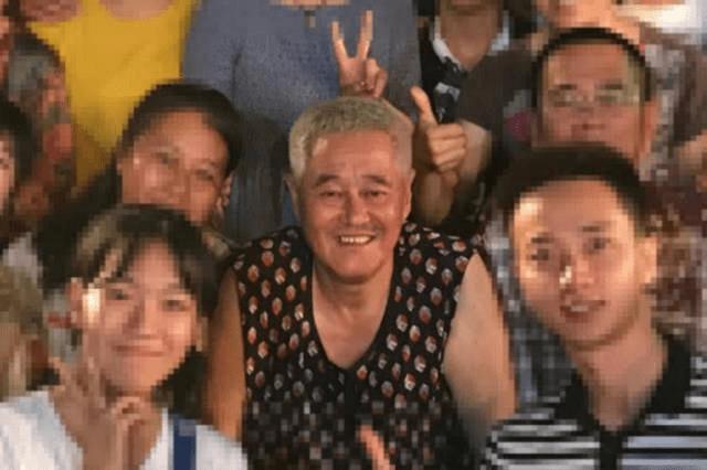 61岁赵本山与徒弟聚餐,头发全白精神好,穿花背心接地气