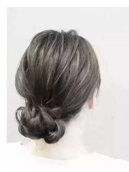 > 正文   盘发步骤图解: 1,首先将头发分成两份,一边多,一边少,多的一