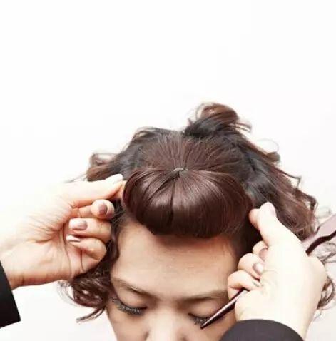 step3:发尾用发夹固定后再用手指将发辫拉扯开.