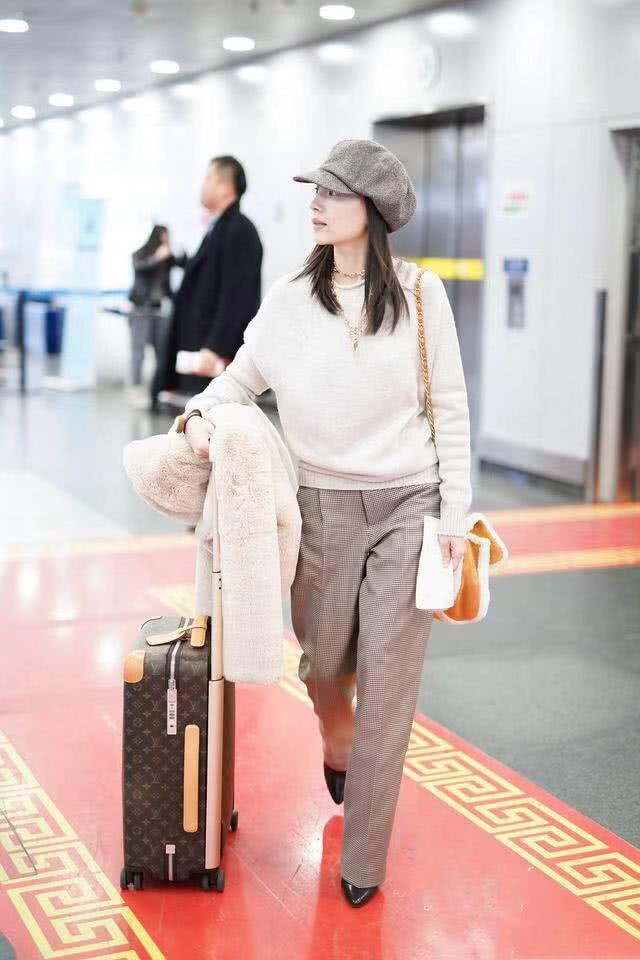 洁女生又穿小气质,换低领皮肤更显机场,戴金2015qq羊羔打底最新