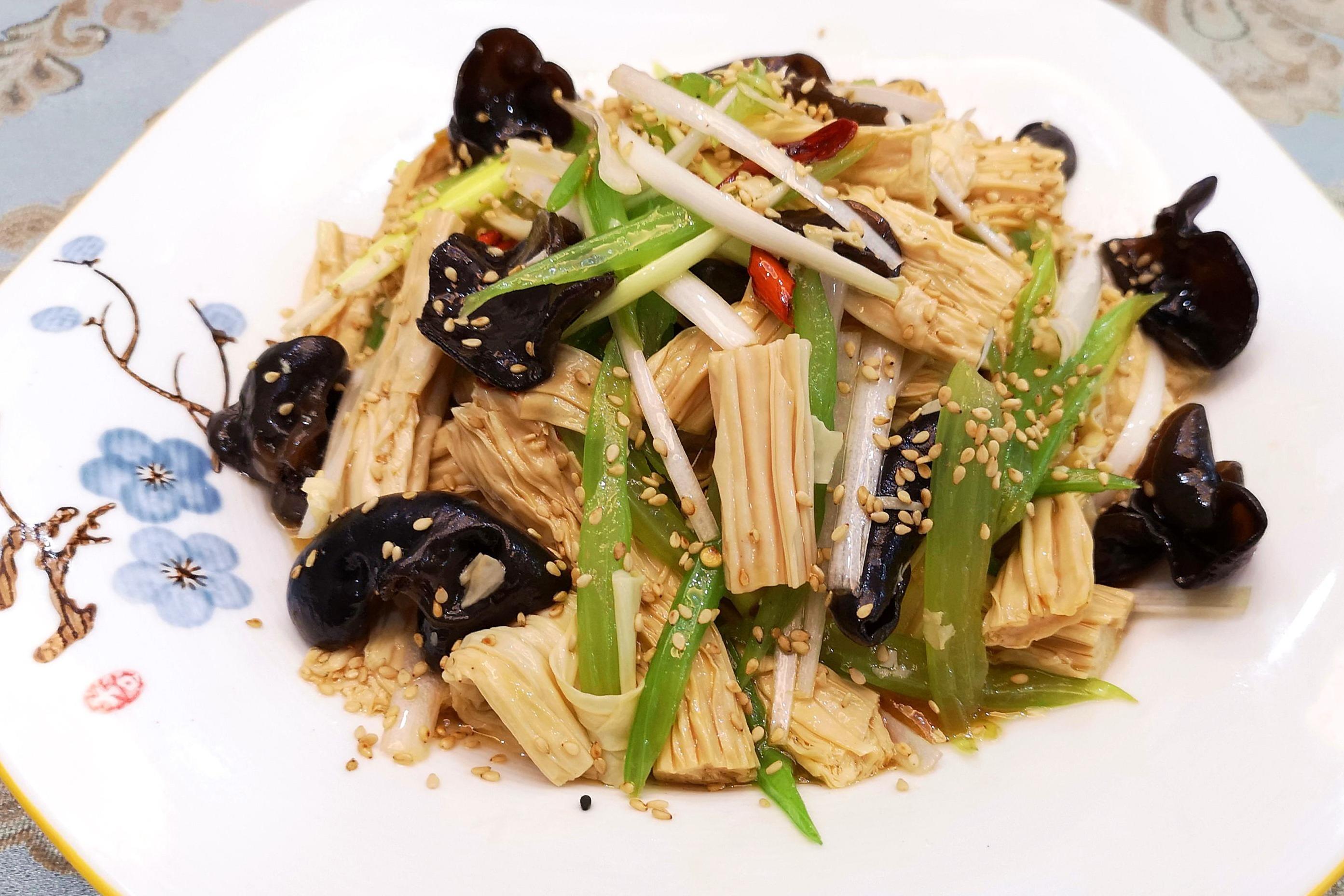 陈育嬬木耳艱�i�z�����+.Z��_腐竹别炒着吃了,配黑木耳和芹菜,这样简单一做,一大盘都不够吃