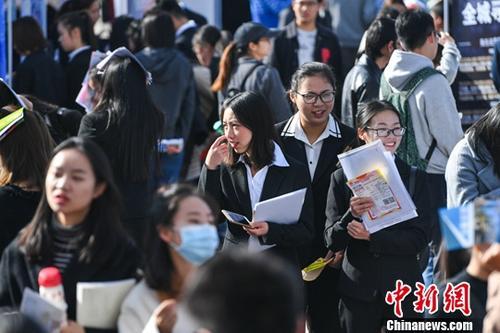 12月6日,毕业生在招聘会上着正装求职。当日,云南省2019届民办高校毕业生双向选择洽谈会在位于昆明的云南师范大学商学院举行。据了解,本次洽谈会共有300余家用人单位进行现场招聘,为云南省7所独立学院和2所民办高校的应届毕业生提供3500余个工作岗位,吸引毕业生前来洽谈求职。中新社记者任东摄
