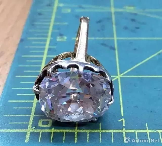 旧货摊买了枚玻璃戒指,没想到价值650万