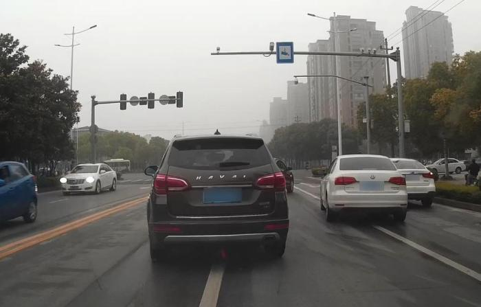 明明前车压实线变道,为何后车却要负全责?老司机:全因五个字