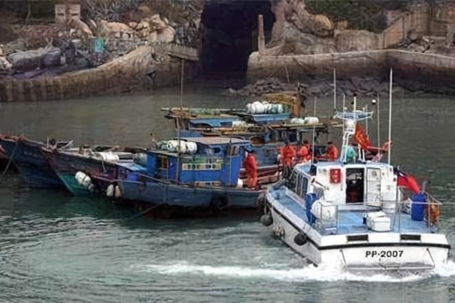7天内第3次!台当局再扣大陆渔船强行登检