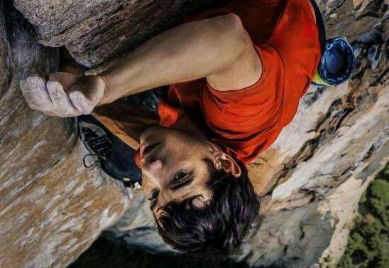 医闹群体事件囹�a_当时山顶上的游客欢声笑语,他独自一人在岩壁上做出生死抉择.