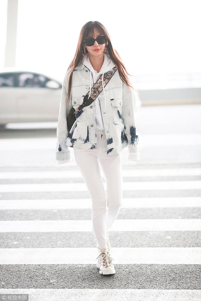 白白色家庭乱伦_机场里的angelababy也把一身白穿上了身,白色上加了一点点花色的点缀