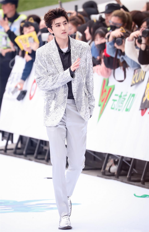 蔡徐坤舞台造型有点酷,还披大衣撑气场,没他的身高都不敢这么穿
