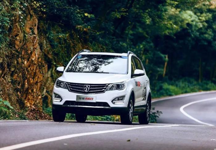 不踩油门时,脚是否要一直放在刹车上?老司机:做对了安全还不累