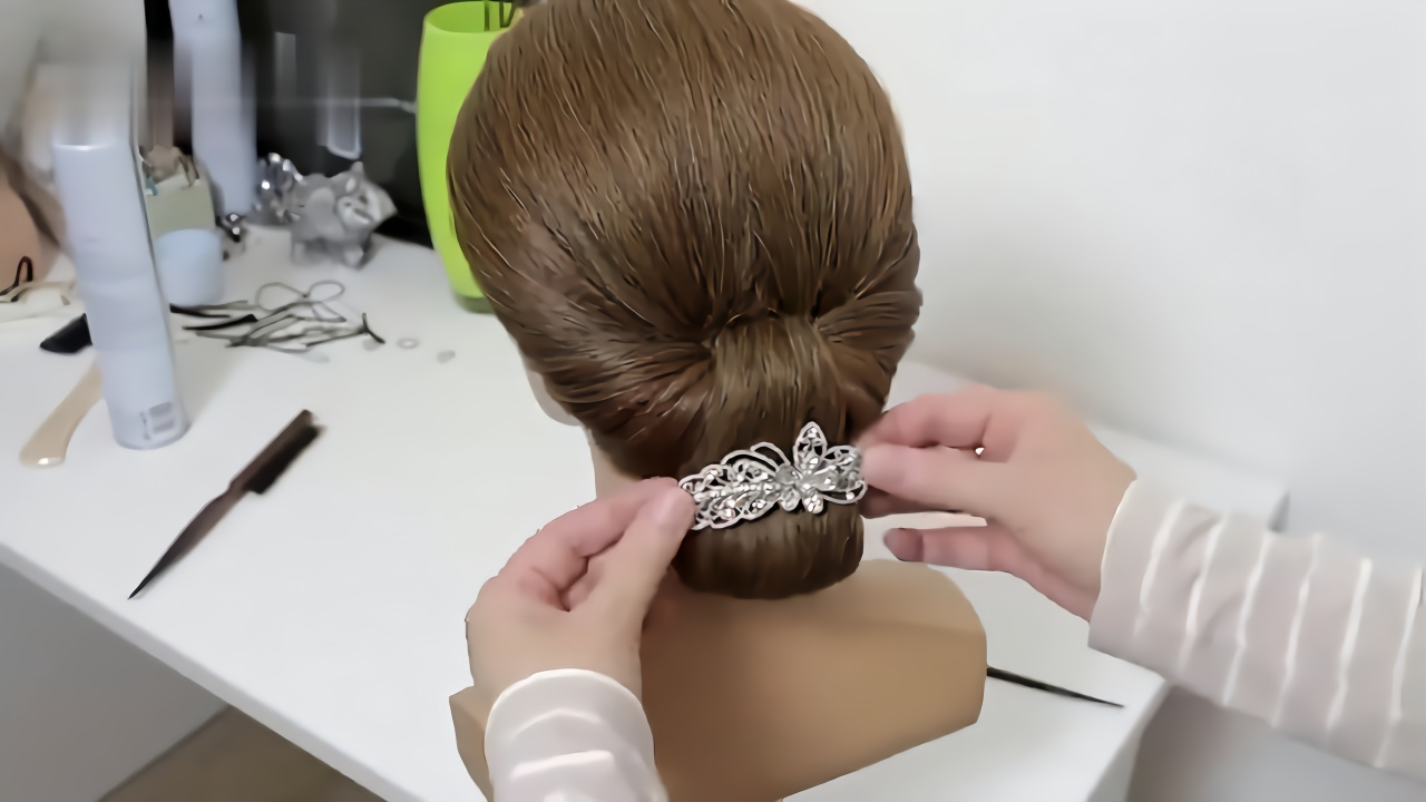 据说30岁的女人这样盘发,简单又好看,很多人学不会图片