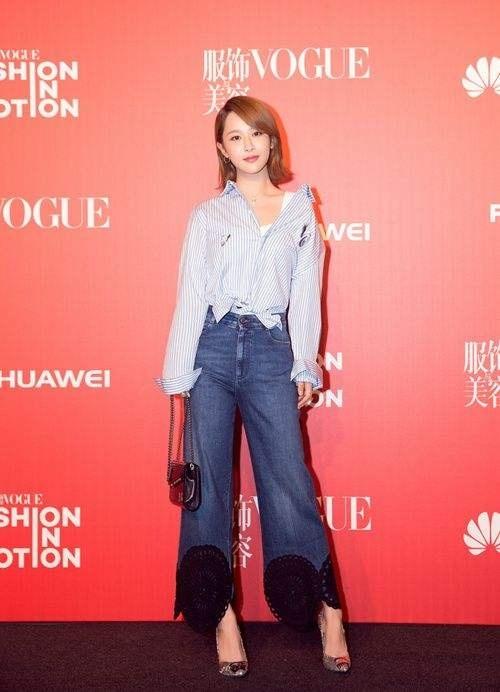 杨紫最新机场照,穿阔腿裤搭拼色卫衣减龄有范,搭配小丝巾更时髦