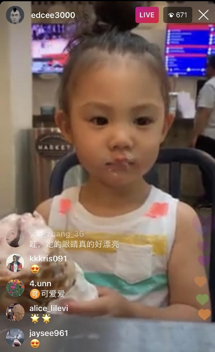 陈冠希直播女儿吃冰激凌,Alaia毫不怯场镜头感超强
