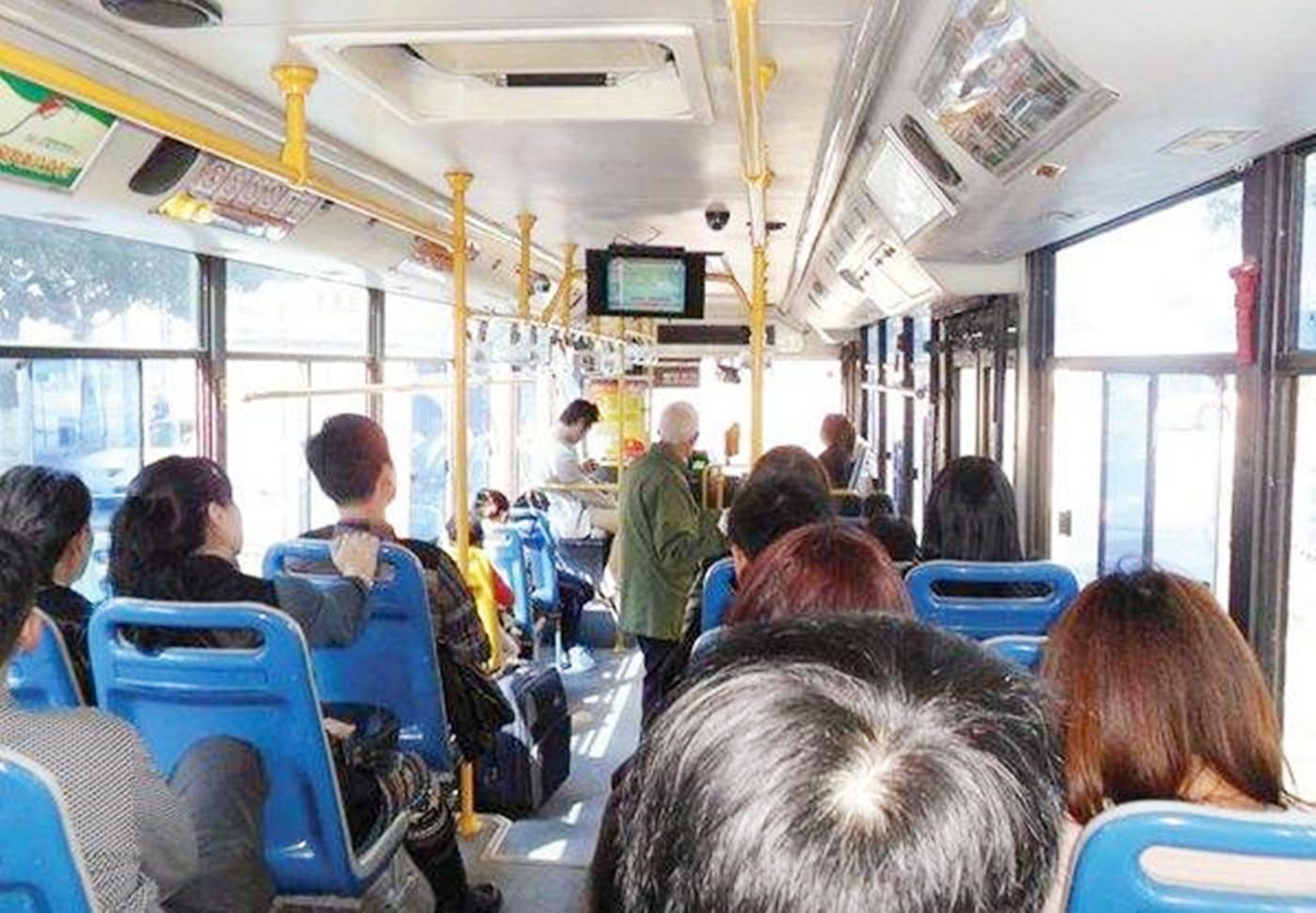 8岁孩子公车让座,被老人说为多管闲事,妈妈的处置影响孩子一生