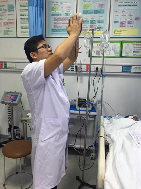 车祸伤者急需输血 医生双手暖血袋40分钟