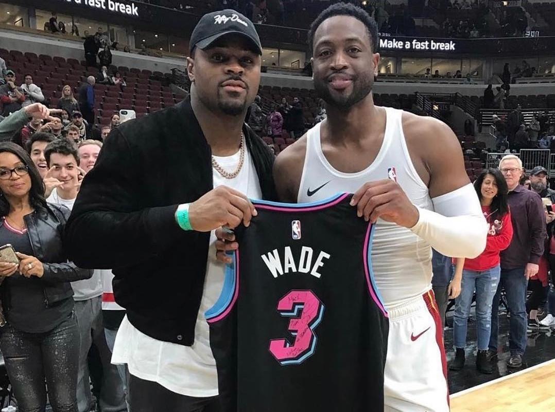 兄弟!韦德将比赛球衣送给橄榄球运动员Mack