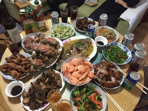 家里吃饭照片_假如去上海,河南,东北的家里请客吃饭,大家最想去哪个
