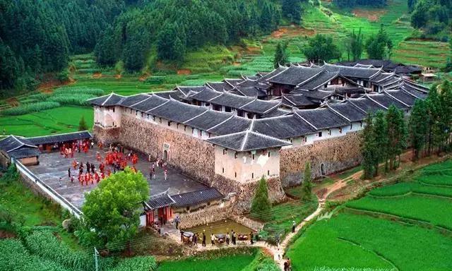 中国蜘蛛网 中国式奇迹的古堡漂浮沼泽上百年 无人居住却不见蜘蛛网!