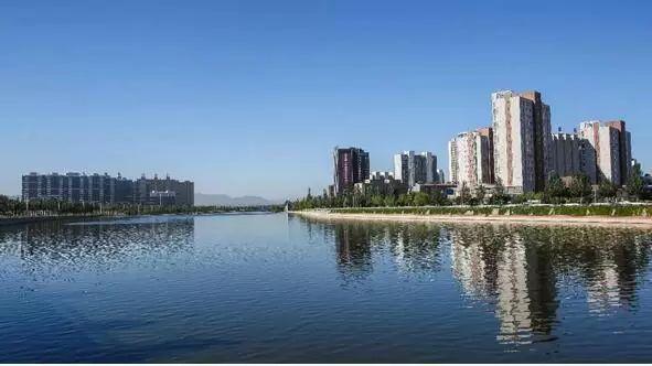 近年来,通过实施清水河水利风景区旅游综合开发,进一步完善了旅游配套服务设施,提高旅游服务水平,拉动了我市生态旅游发展,改善了人居环境,提升了城市品位,为我市打造出水清岸绿、风景优美、人水和谐的魅力水城新气象。   该水利风景区获评为国家水利风景区,将进一步整合我市城区滨河旅游资源,提升景区知名度,完善城市滨河旅游景观带与桑洋水路旅游景观带的无缝对接,打造我市城市面貌及旅游休闲新名片,拉动全市经济社会发展。同时,也为我市坚持生态立市、生态兴市发展道路,助力冬奥会与两区建设打下坚实基础。