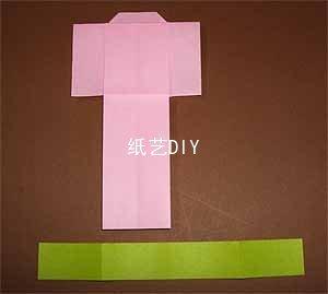 最后一步,用绿色的长方形折纸将折好的和服围起来便可,最好是用固体