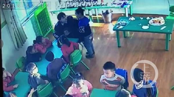 河南一幼儿园学生被逼吃剩饭 家长报警后得知老师15岁