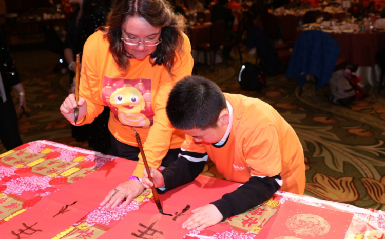写春联、夹汤圆 VIPKID学员给美国外教上了一堂中国文化课