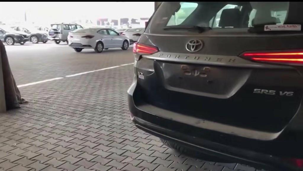 2019款丰田奔跑者Fortuner 4x4霸气到店实拍 霸道外观吸粉无数