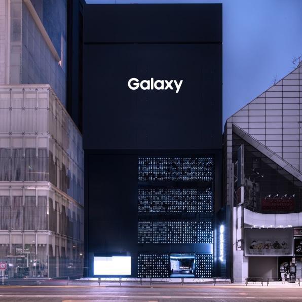 三星在东京新开旗舰店,外墙铺满1000部Galaxy手机