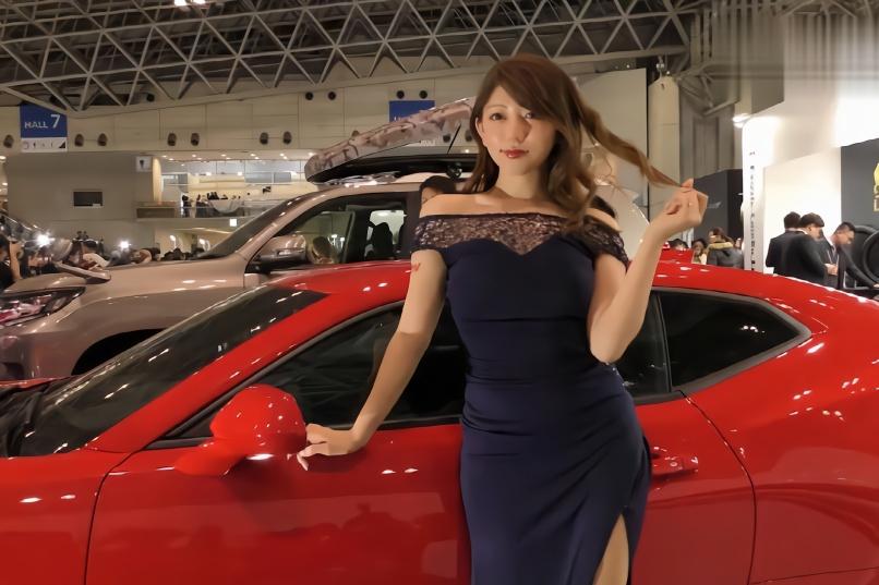 日本车展上的黑色衣服的车模,穿的很性感迷人,让人目不转睛