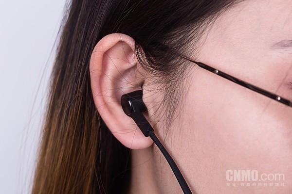 小姐姐佩戴耳机