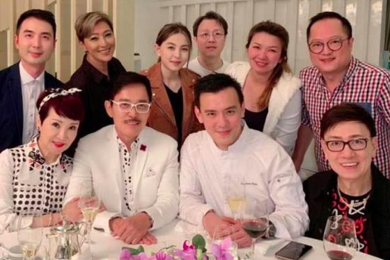 謝霆鋒媽媽出席王菲好友的晚宴,少女感十足,不像67歲
