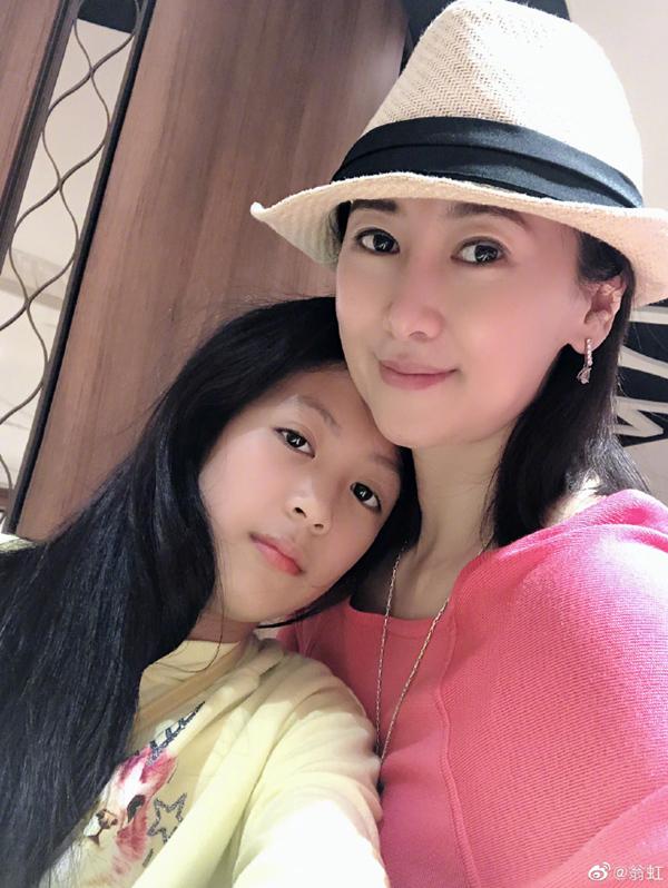 51岁翁虹女儿合影曝光,母女俩像姐妹花一样!