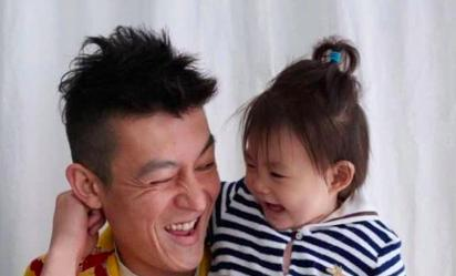 陈冠希带家人海边度假,2岁女儿身高长得太快了