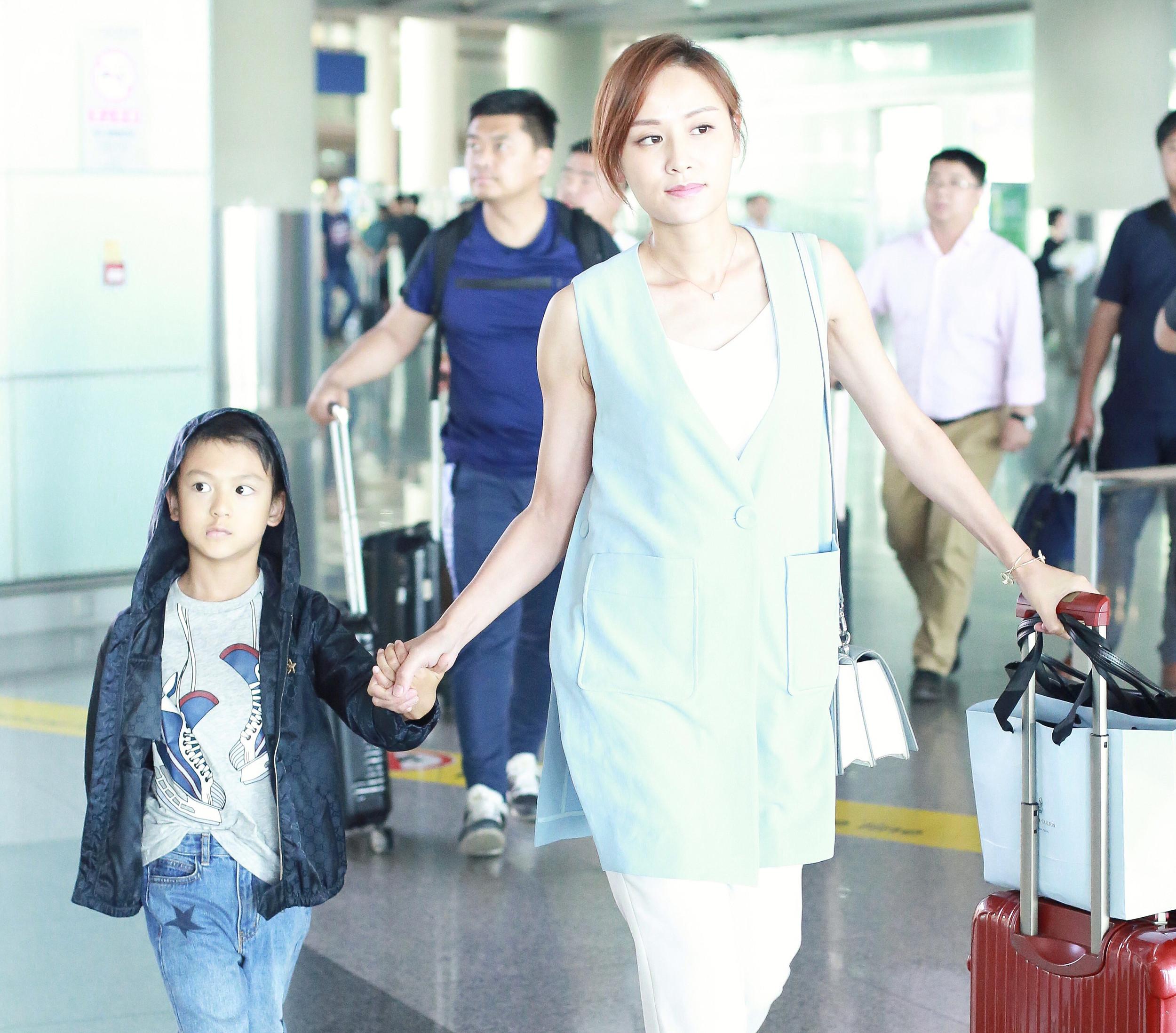叶一茜带7岁儿子现身机场,亲切打招呼手上的大钻戒好抢眼