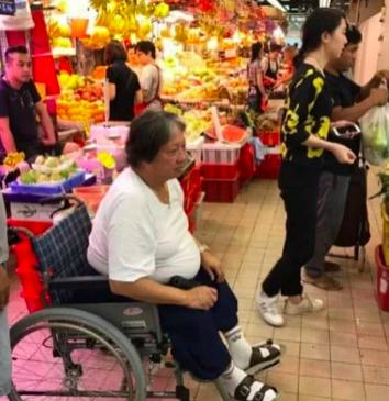 67岁洪金宝携妻子现身,瘦了精神十足,妻子优雅又年轻